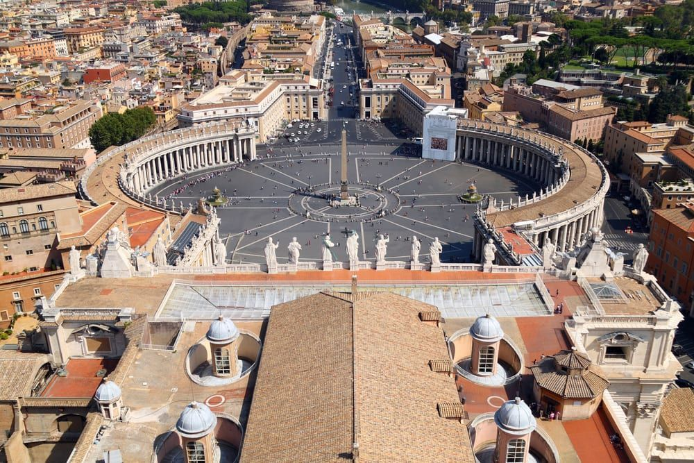 St. Peter's Basilica with a history stretching back 2,000 years is the ultimate symbol of the #Vatican. Here are 6 surprising facts you might not have known https://t.co/dAtAFEaBYP via @Walks #takewalks https://t.co/qhL4JmkuAM