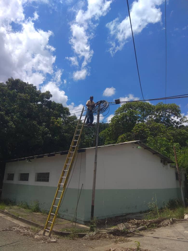 #21Sep | El personal de Dimetel luego de varias inspecciones realizadas en el área del Arco de Bárbula de la @UCarabobo, inició las labores de mantenimiento para la reubicación de la fibra óptica vandalizada los primeros días del mes de julio de 2020... https://t.co/677c7Sh5C5