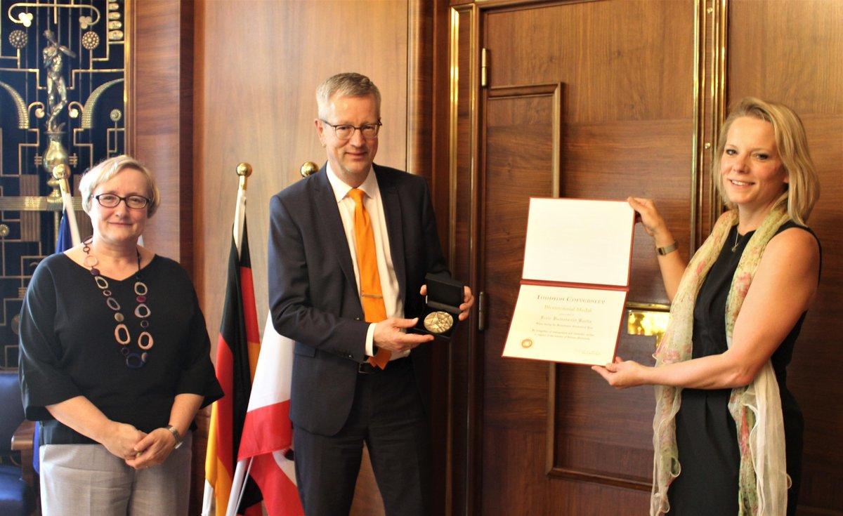 Die @FU_Berlin ist von der @IndianaUniv für ihr weltweites Engagement mit der Bicentennial Medal ausgezeichnet worden. https://t.co/D7XVDwpzqA https://t.co/sbbbKjLHfc