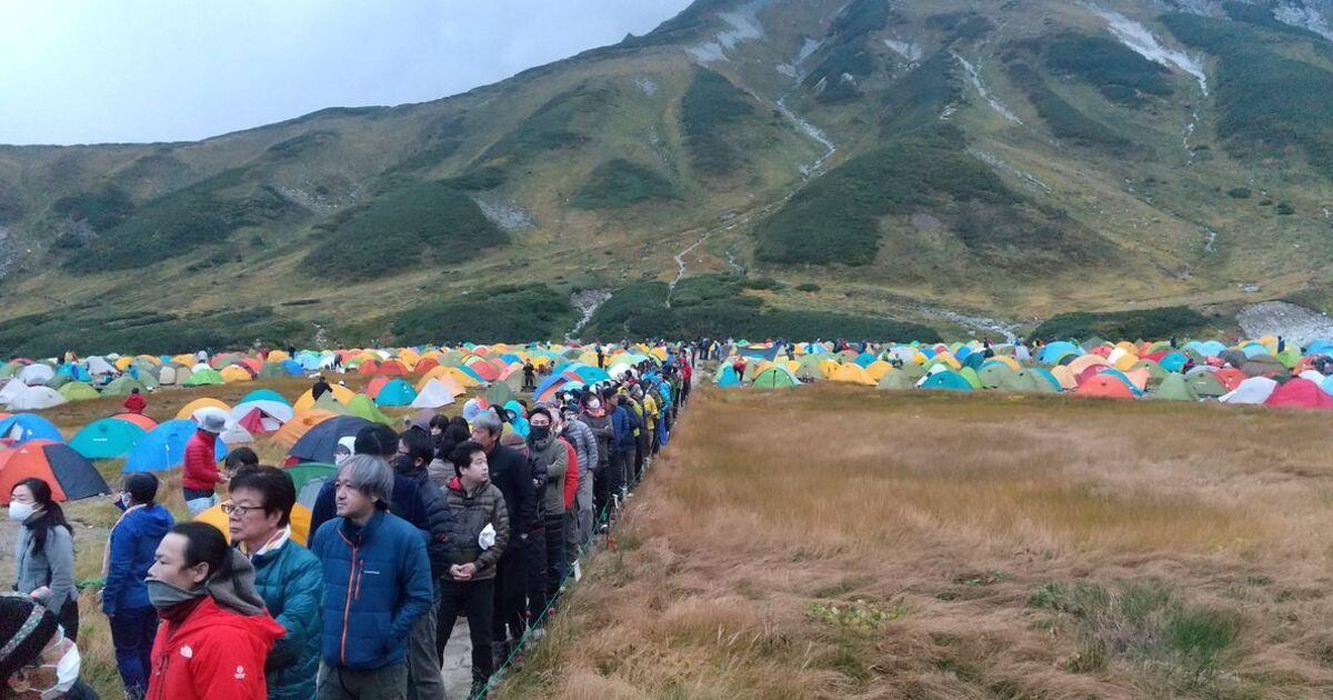 立山の雷鳥沢が音楽フェスみたいになってる…。北アルプスは閉じてたり予約制限してるキャンプ場が多いので、開けてるところに集中しちゃったんでしょうね。/「これじゃ難民キャンプ」連休でキャンプ場がテント900張超えの大混雑、トイレ待ちが1時間に…