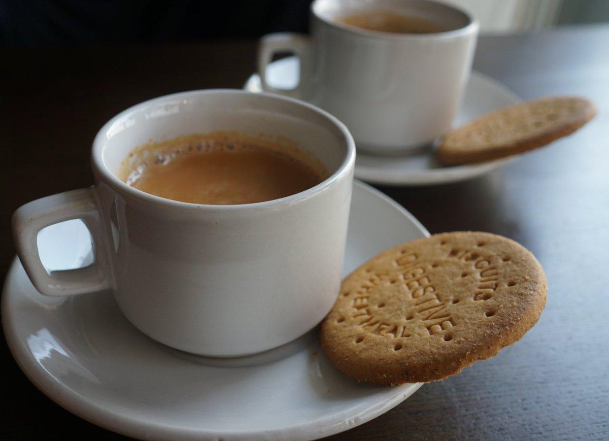 チャイ(Chai)。朝晩が随分涼しくなり温かいお茶が美味しい季節にスパイス無しのミルクティーを。茶葉を煮出し牛乳砂糖を加えるだけなのに理想は遠く、難しい。でも最近入手したインド製のカップ&ソーサーを初めて使ってご機嫌な朝のティータイムとなりました  #インド料理 #日本自炊協会 インド支部 https://t.co/B97KLg8T7m