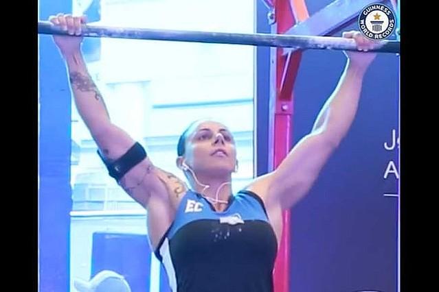 【超人】24時間で懸垂3737回、豪州女性をギネス認定女性は他にも、「24時間で最も多くの拳立て伏せをした女性(9241回)」などの記録がギネスに認定されている。