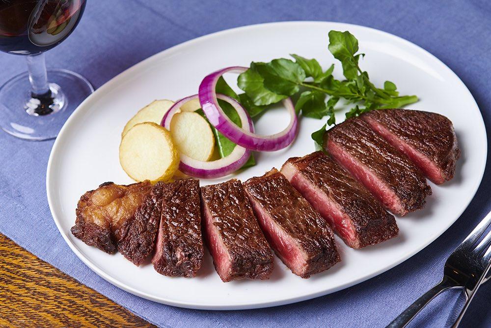 #日本短角和牛 フェア さの萬店舗は本日までですよーー✨📣  日本で飼育されている牛肉の1% 希少な日本短角和牛の #吊るし熟成 です。この機会にぜひご賞味くださいませ🐂  オンラインストアにはおすすめセットで展開中 https://t.co/Ncmy5rTwB5  #和牛 #wagyu #熟成肉 https://t.co/EhnRfIzfxk