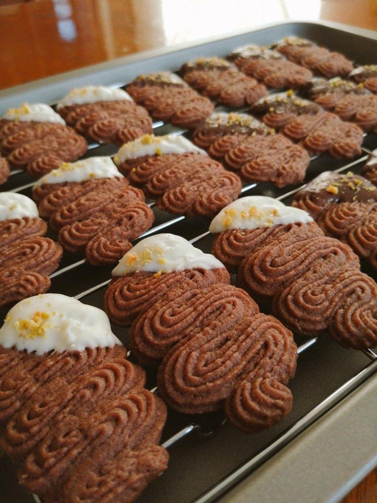 余ってた卵白でクッキー作りました!絞り出しクッキー初めて作ったけど難しかった…! ヴィエノワの大きさもう少し揃えたい…😅