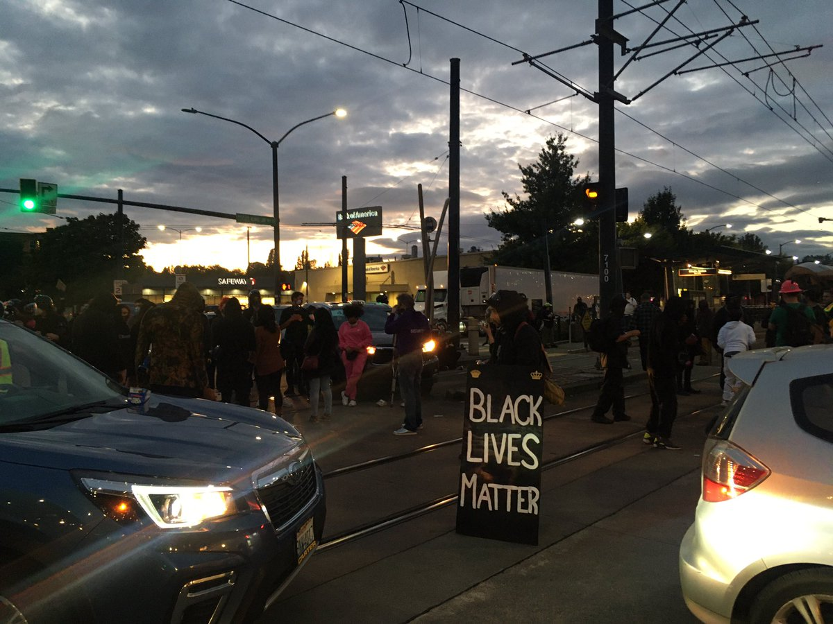 Everyday March has completely shut down both directions of the light rail system at the Othello station.  #SeattleProtest #SeattleProtests https://t.co/aUE01fHWsM