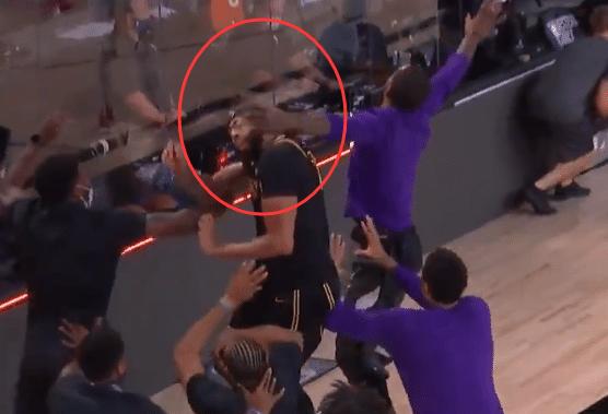 【影片】大型打「群架」現場!一眉哥絕殺後慶祝,卻遭到JR百米衝刺飛奔打臉!