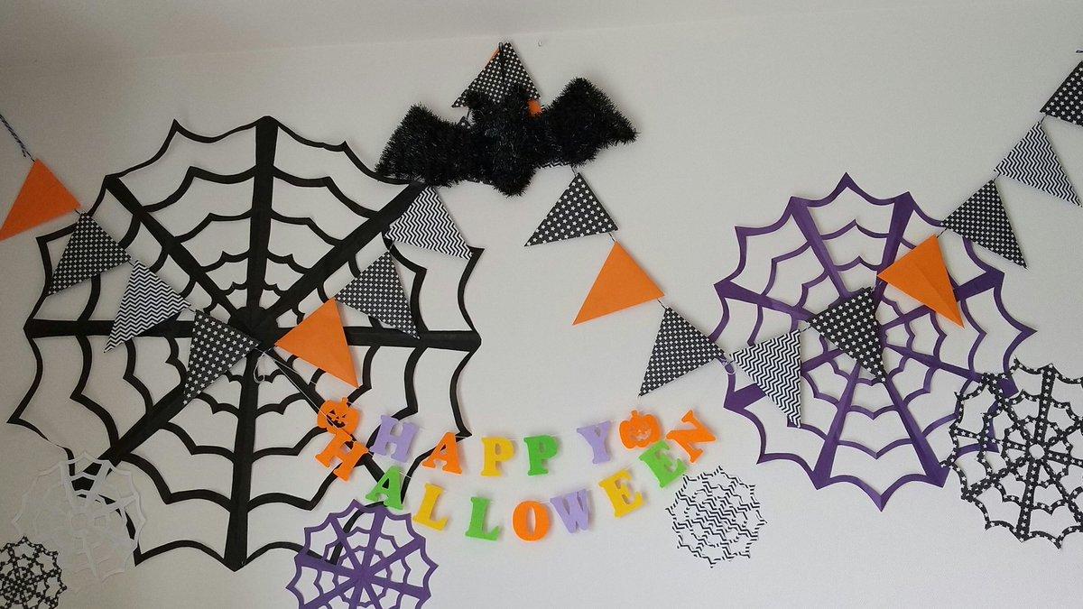 …って思ったので、まずは好きなことから~。  今からクリスマスの飾りも考えておくかww  #ハロウィン #ハロウィンディスプレイ #折り紙 #壁面ディスプレイ #クモの巣 https://t.co/hYDid8beBx