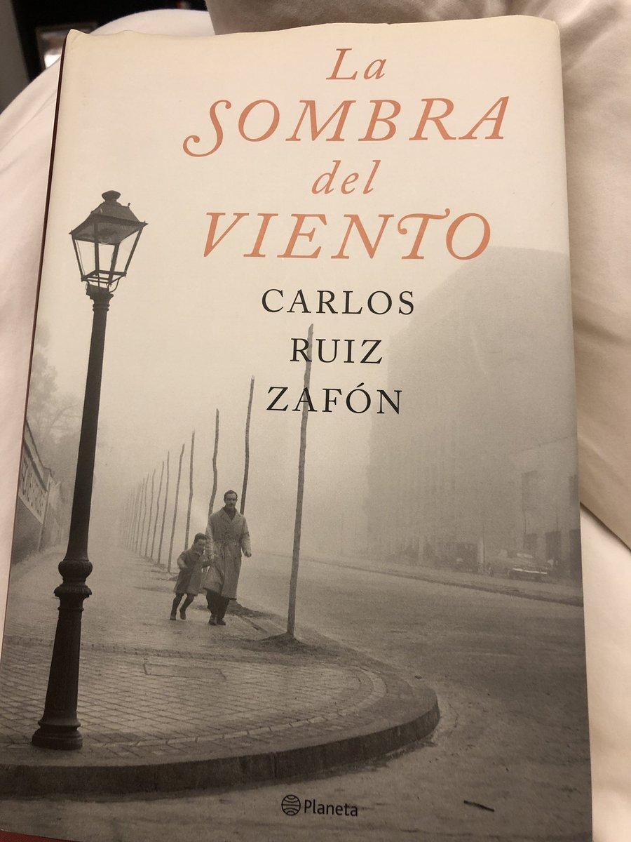 Acabo de terminar la lectura de esta maravillosa novela de #CarlosRuizZafón #LaSombraDelViento. No sé por qué no me la había echado antes. ¡Qué deleite! La temprana muerte del autor me animó a hacerlo. Pluma privilegiada QEPD. https://t.co/1IOZIblbNp