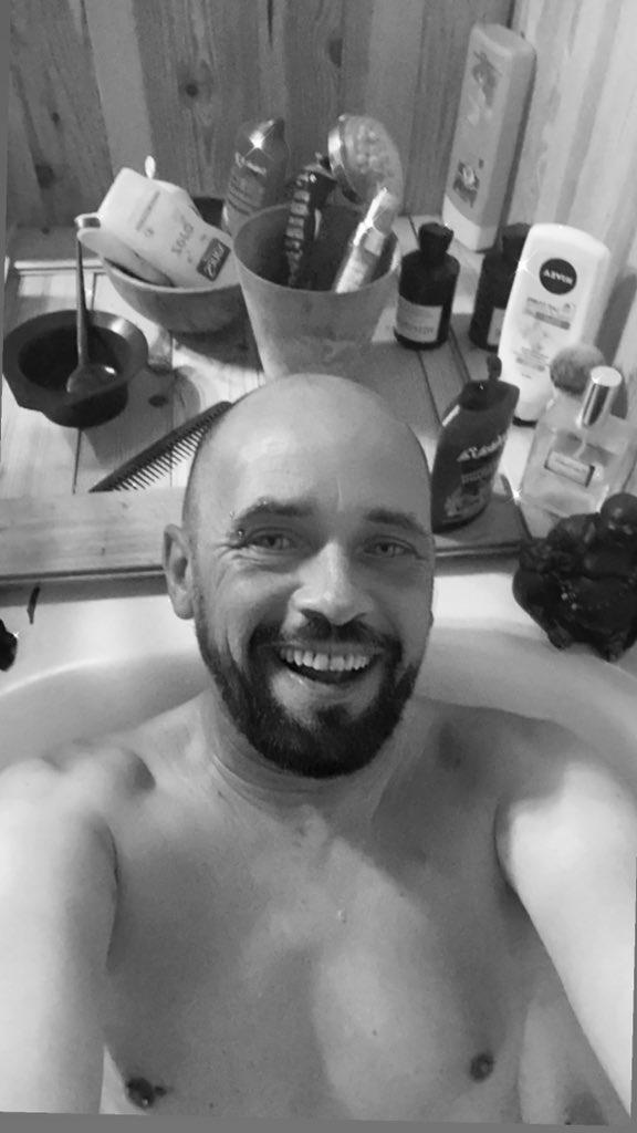 Bonne journée à tous , Heureux dans mon bain 😂 Le rire seul échappe à notre surveillance #citation #bathtime #gay #LGTB #September2020 https://t.co/RiIcDt5p4z