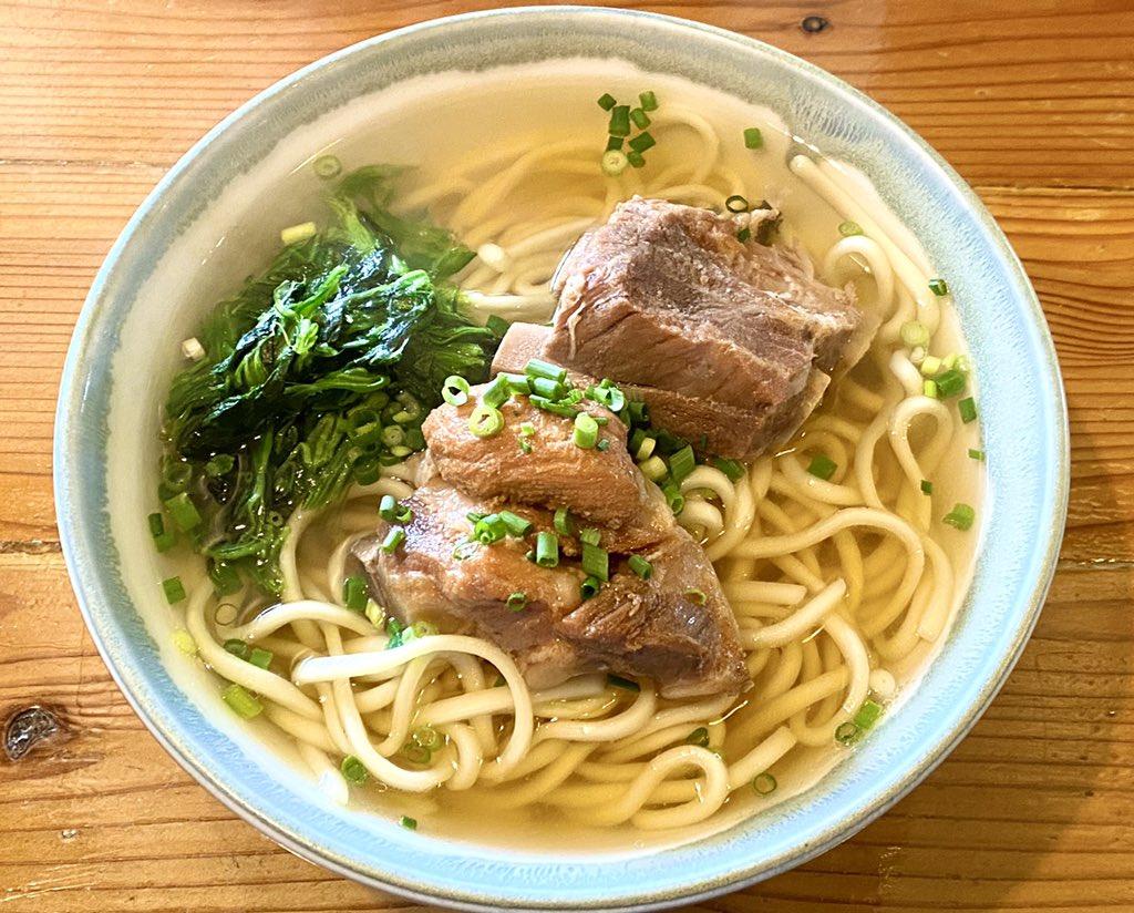 1932年創業、宮古そばの名店「古謝そば屋」でランチ(´・ω・`)豚骨とカツオ出汁が効いたあっさり目のスープに細めのストレートな麺。やさしいお味のソーキそばやね。おいひい。