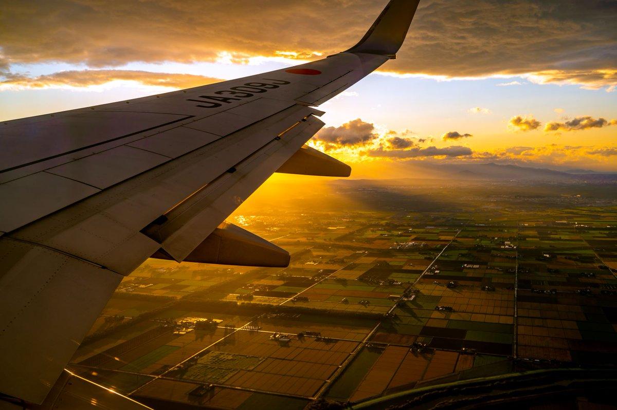 新千歳空港への着陸前。 夕暮れの風景があまりにも綺麗すぎました。 二度と撮れる気がしない。 https://t.co/VFzDdi3puw