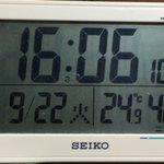 Image for the Tweet beginning: #うさうさ のためにエアコンをかけていて、ただ今の室温24.9度なの。 (エアコンの風が当たらないところにある温度計)  寒いの {{{><}}}