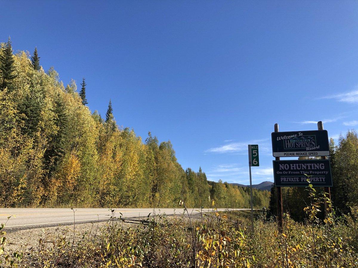 チナ温泉リゾート入口ちょっと手前に看板があります。ここから800mくらいで、木のゲートの入口です。フェアバンクスから約100kmある道の終点です。#アラスカ #チナ温泉リゾート #看板 #秋 #ゲート #チナ温泉ロード #alaska #chenahotsprings #sign #fall #chenahotspringsroad #gate https://t.co/3e9tdZjtq4