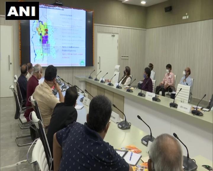 यूपी, लखनऊ : मुख्यमंत्री योगी आदित्यनाथ ने फिल्म सिटी के निर्माण के संदर्भ में फिल्म जगत से जुड़े महानुभावों के साथ बैठक की। https://t.co/gpOWwG2d2u