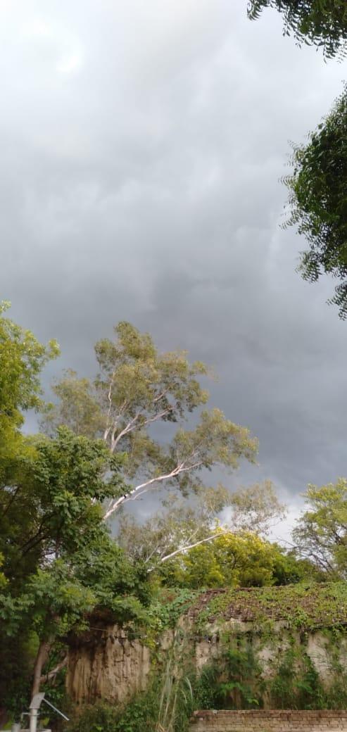 हल्की सी बारिश की बूंदे उनके छत पे भी गिरा देना । कहीं ऐसा तो नहीं कि मेरी ही झोपडी जली हो।।😊 #shayri #Hindishayari #dilkipuranisadak #Ak266pandey #anuragpandey