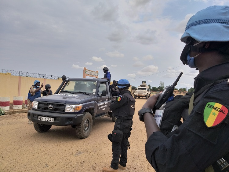 At this critical time, @UN_MINUSMA remains committed to ensuring the protection of civilians in Mali 🇲🇱.    Senegalese @UNPOL peacekeepers joined Malian security forces to conduct a joint patrol in Gao.    More 📰https://t.co/xrymCDzKzh #UNGA https://t.co/YbzEnkTHSu