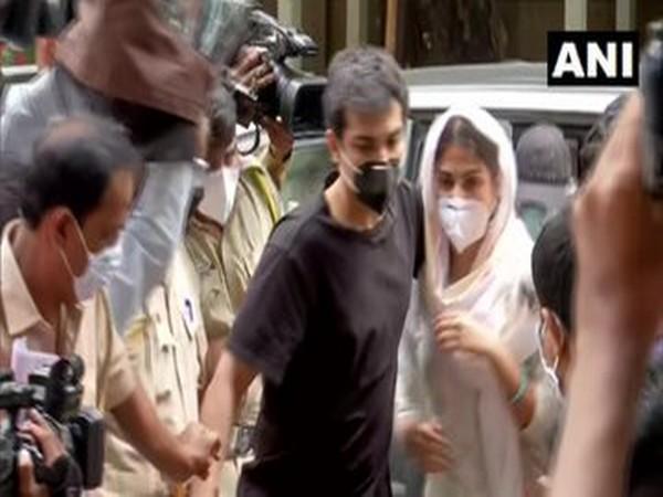 अभिनेत्री रिया चक्रवर्ती और उनके भाई शोविक ने बॉम्बे उच्च न्यायालय में जमानत याचिका दायर की।  दोनों को नारकोटिक्स कंट्रोल ब्यूरो ने सुशांत सिंह राजपूत की मौत के कनेक्शन में ड्रग्स मामले में गिरफ्तार किया है। (फ़ाइल तस्वीर) https://t.co/rqqpX7Vfv2