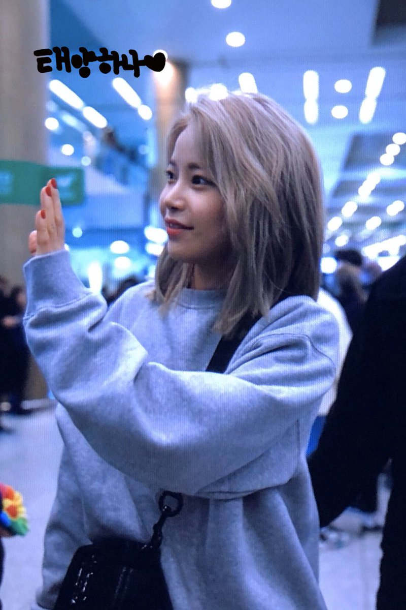 [020922] Tuesday's Throwback ✨  Remember when Solar Caused Laughter with Her One-of-a-Kind Airport Fashion.  191205 Mamamoo came back to Korea after 'MAMA2019' and Solar wore her sweatshirt BACKWARDS   #MAMAMOO #마마무 #SOLAR #솔라 @RBW_MAMAMOO https://t.co/hglcW7OFnw