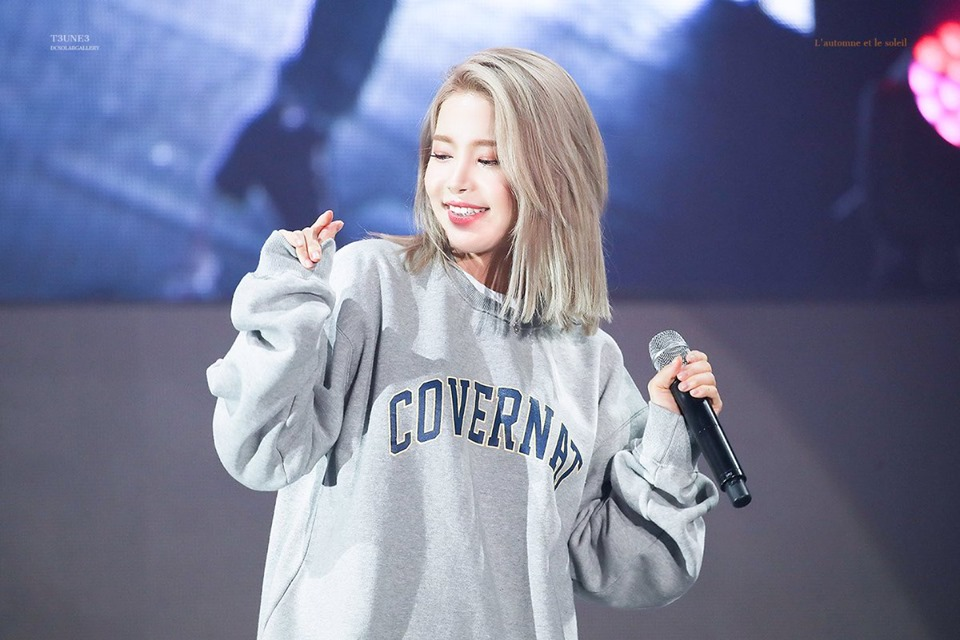 """Solar's photos have stolen attention to k-netizens.   """"Is this a new trend or maybe she was just too busy to care for this little things..""""  #MAMAMOO #마마무 #SOLAR #솔라 @RBW_MAMAMOO https://t.co/PwZNcltwSs"""