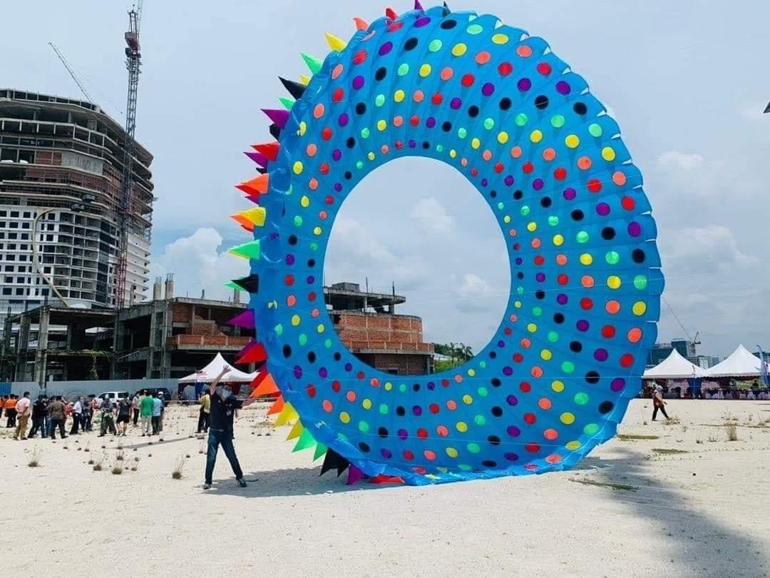 Festival Layang-Layang Hari Malaysia 2020 di Melaka 🏵 Kreatif lah diaorang reka layang-layang, macam-macam bentuk ada 😍  📍 Melaka Gateway, Pulau Melaka.   Sumber : @MelakaHijau (twitter)  #RajaCuti #RCTheGreatest #percutian #vacation #honeymoon #getaway #travel #malaysiaa https://t.co/H26kBjR7t2