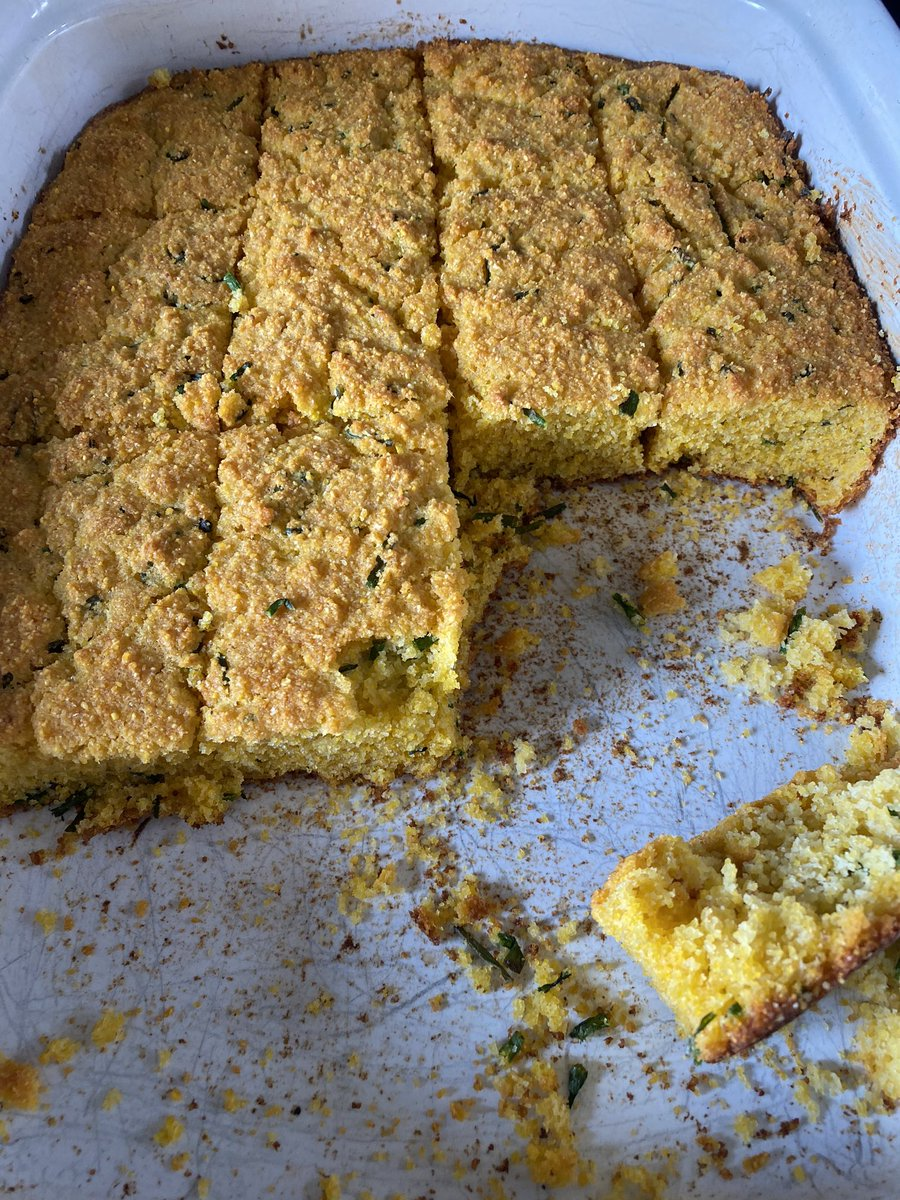 American friends: what flour do you use for cornbread? I made this, but I think our SA cornmeal differs from yours. It's not cooked, it's still raw (the cornmeal, not the rest). 😭 https://t.co/F6cejZs7dJ