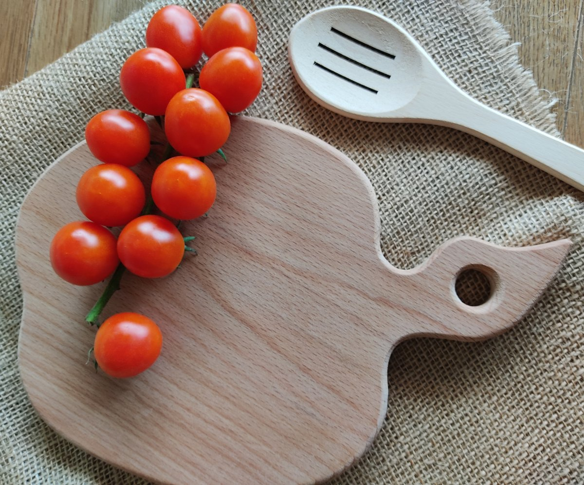 Small round wood cutting board with handle. Cute and thoughtful gift for someone you love. Visit our store: https://t.co/u8kWcBu8Kg  #cookingram #cookingtime #cookingclass   #cuttingboard #cuttingboards #woodencuttingboard #woodcuttingboard #choppingboard #smallcuttingboard https://t.co/XxGWNwXLBD