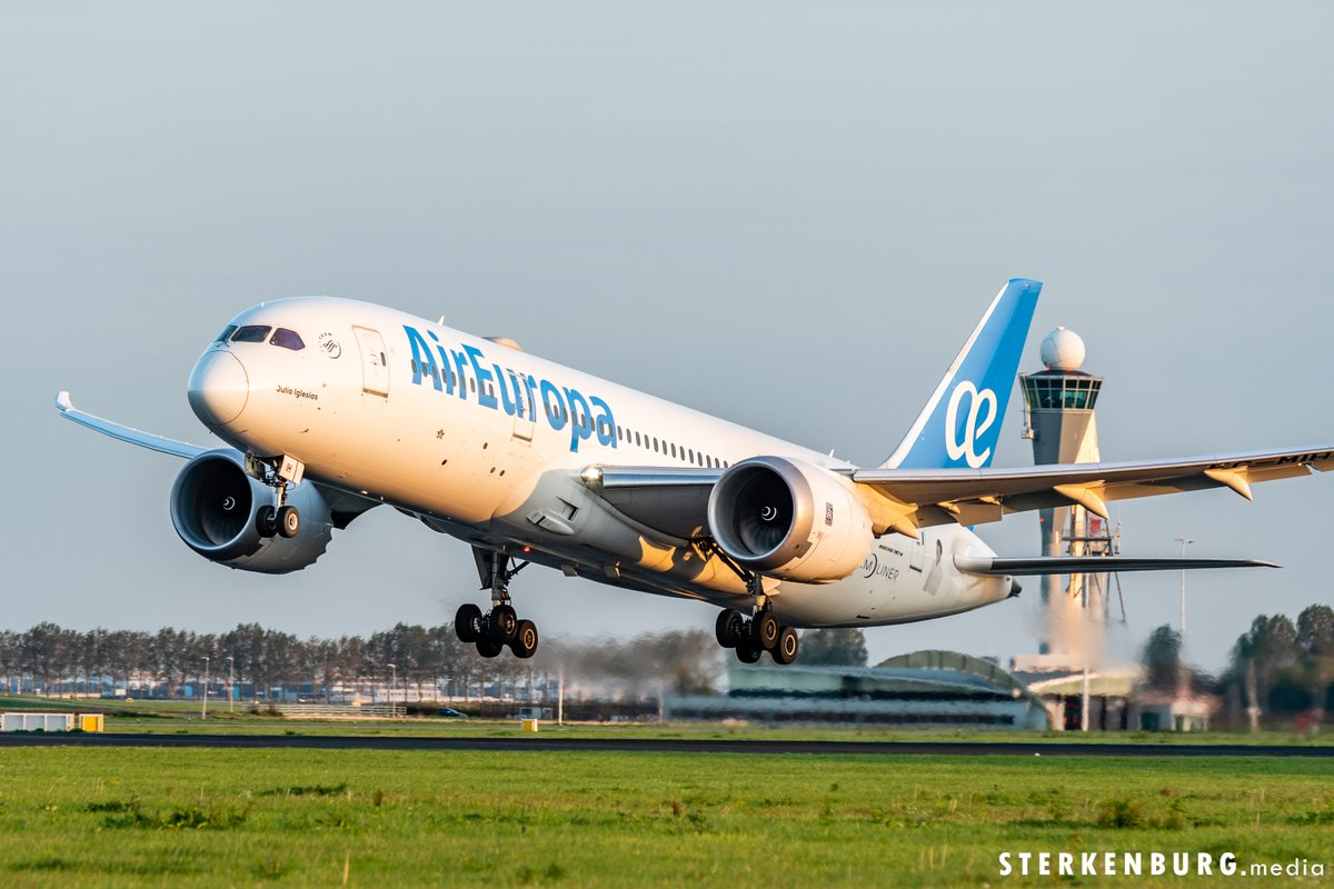 Air Europa's Julio Iglesias is ready for take-off!  #schiphol #spotter #airport #aviation #sunset #polderbaan #planespotter #nikonNL #boeing #plane #airplane #dreamliner #vliegveld #amsterdam https://t.co/2oDvsg12WY