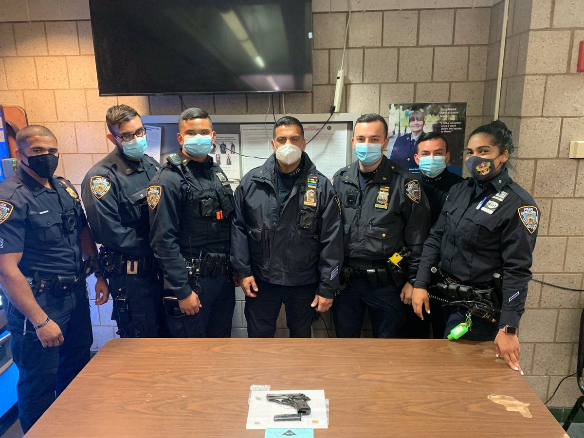 Great Job by your Housing Officers @NYPDPSA5 for safely arresting a gang member shooting a gun in the Carver Houses in #Manhattan. Your officers were in our crime prone location, saw something & did something without a single injury to anyone. Thats #onelessgun in the wrong hands https://t.co/VHKXbEsR7R