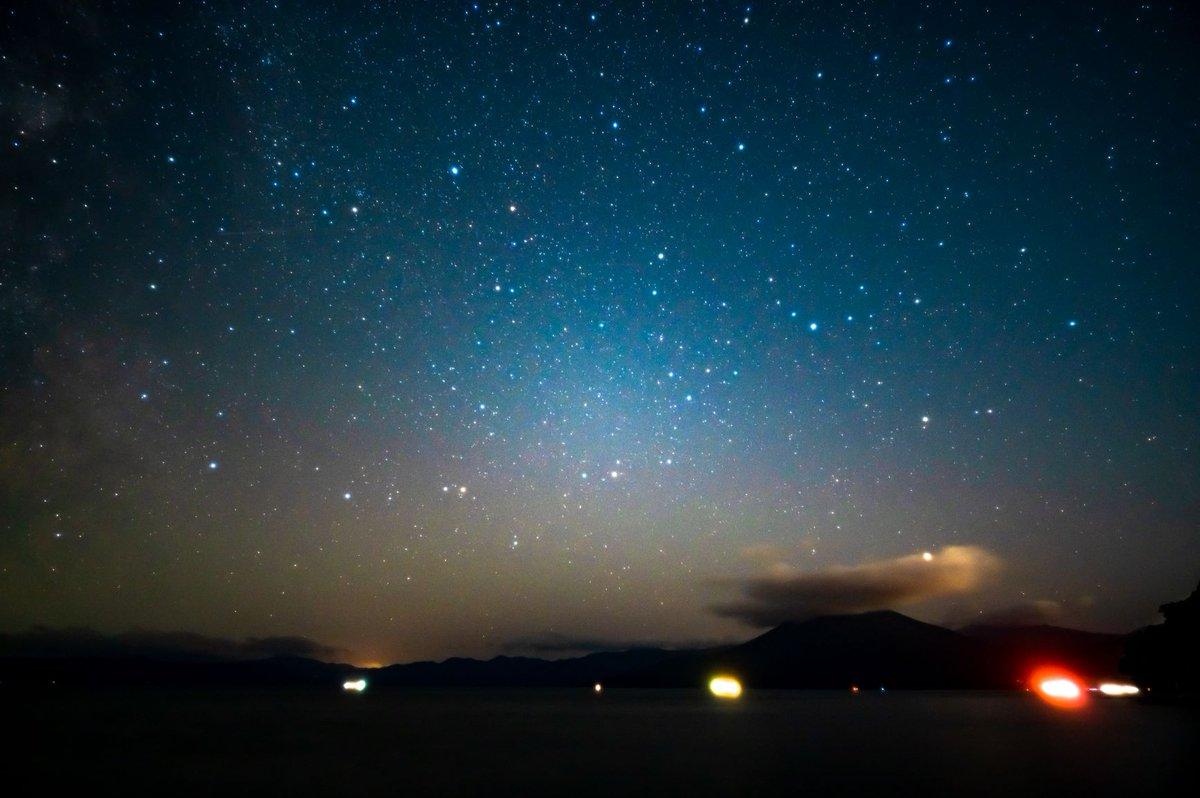 もう一枚、支笏湖の星景写真。 札幌・小樽側に向かって撮ってます。  恵庭岳は残念ながら雲の中ですが、こっちもこっちで山のシルエットがハッキリ出て、「街明かりありがとう!!」って感じでした。 https://t.co/R17t3cdDVg