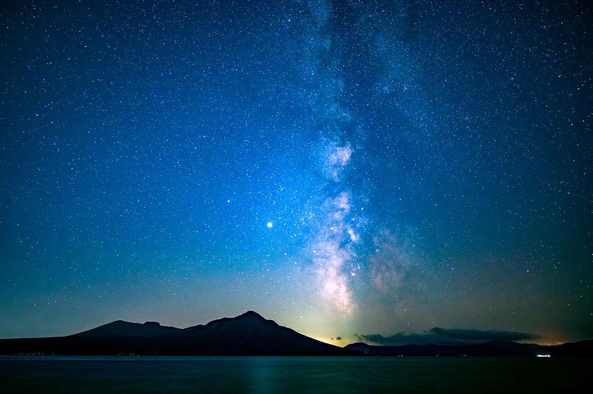 支笏湖で撮った天の川の写真を現像してみました。 風不死岳と樽前山のシルエットがめちゃくちゃ綺麗! https://t.co/2IbzkaEda9