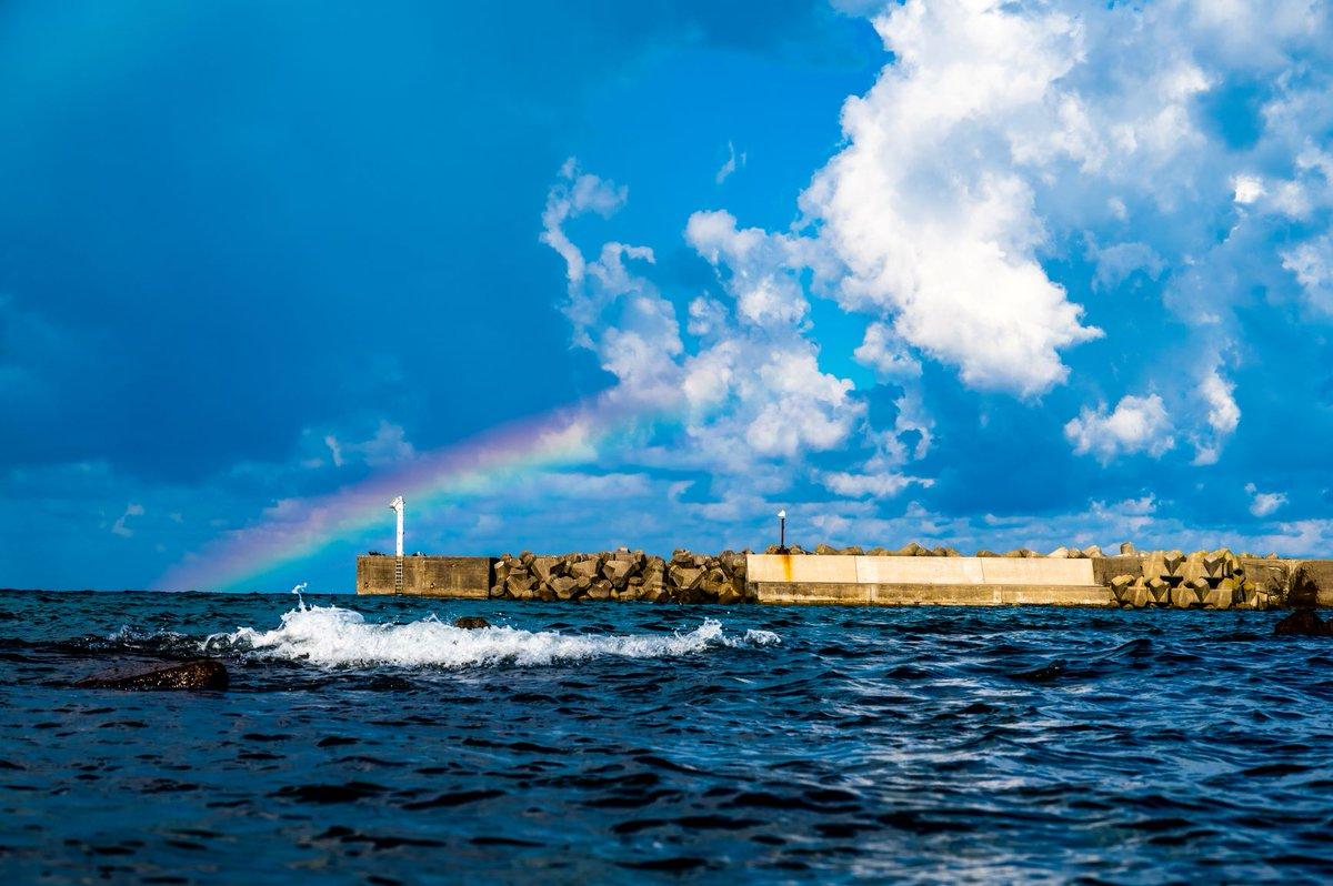 [2020年9月20日] 朝9時。 札幌から車で2時間、積丹半島の港町に虹が架かっていました。 お目当てのウニ丼はシーズン終了だったけど、早起きしてちょっとだけ得した気分になりました。 https://t.co/0pTOGegP09