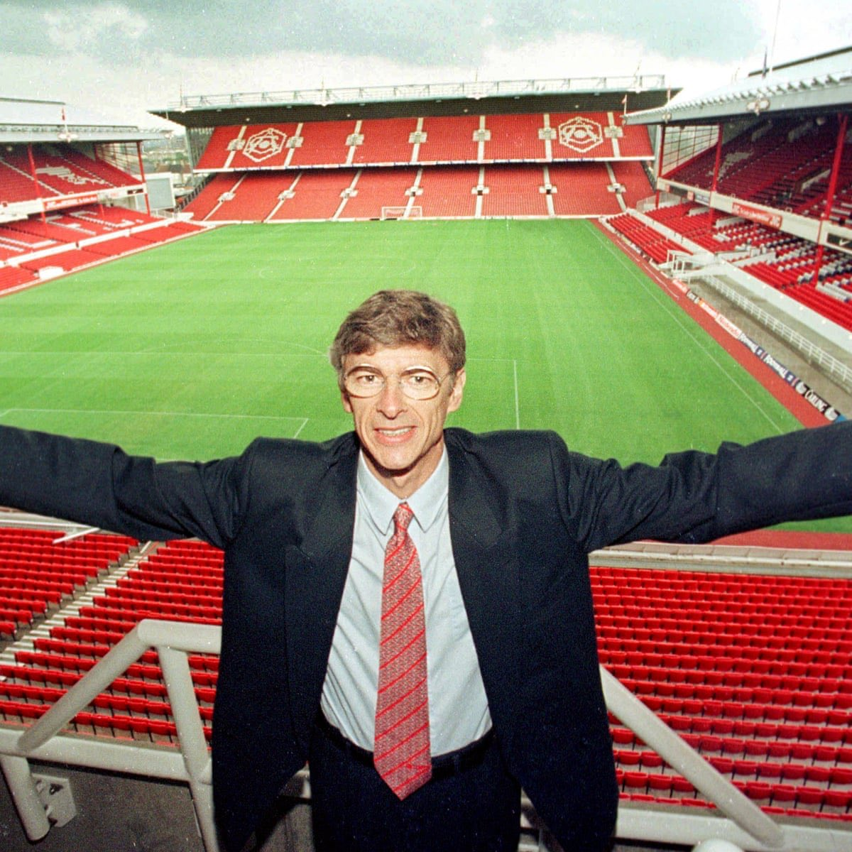 There are 22 years, 1,228 games, 704 wins, 2,285 goals and 10 trophies between both photos.  On this day in 1996, Arsène Wenger arrived in England. https://t.co/MlsqTRBSBz