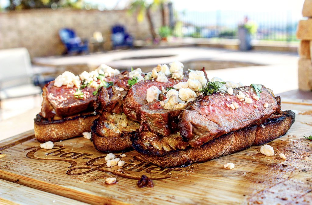You grabbing a cold one 🍺 or a Cabernet 🍷 with this? . . . Prime ribeye grilled to medium rare over red oak, grilled baguette rubbed with fresh garlic and topped with blue cheese crumbles   #billsbarbecue #chargriller #steak https://t.co/9dkId7mM1v