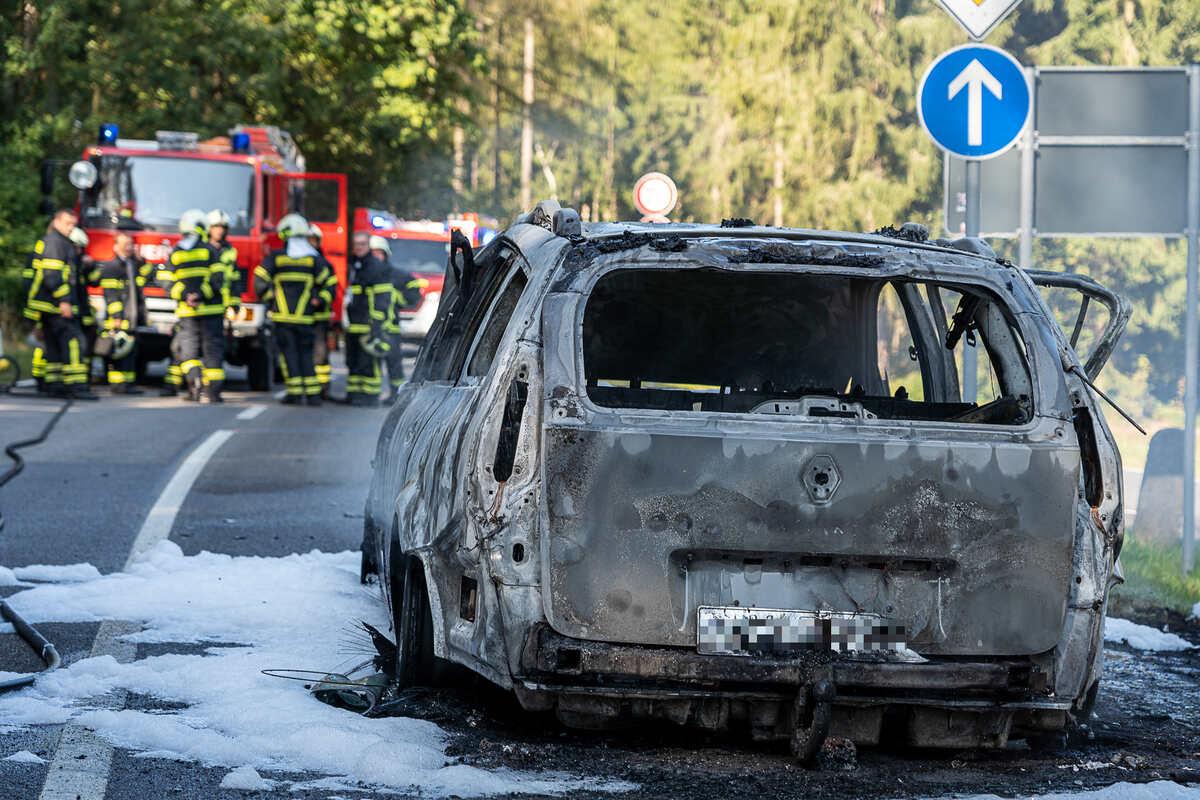 #Vogtland: Renault fängt während der Fahrt Feuer. https://t.co/jV8VGwq7Oe https://t.co/qOzwWSursg