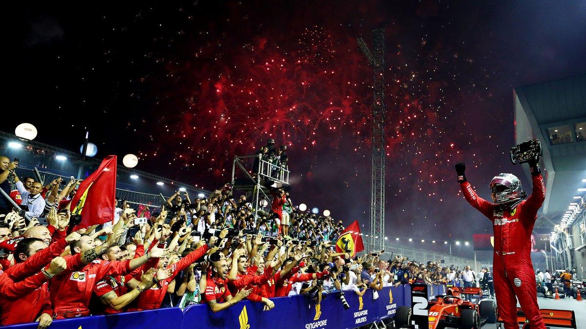 Buen Martes Amigos!  #UnDiaComoHoy 22 de septiembre pero de 2019, Sebastian Vettel 🇩🇪 ganaba el GP de Singapore 🇸🇬. Hasta el momento su última victoria en la F1 y para Ferrari. Como nos tiene acostumbrados Seb, nos regaló una de las mejores fotos del año. #F1 #Vettel #Ferrari https://t.co/k49ahNk8fa