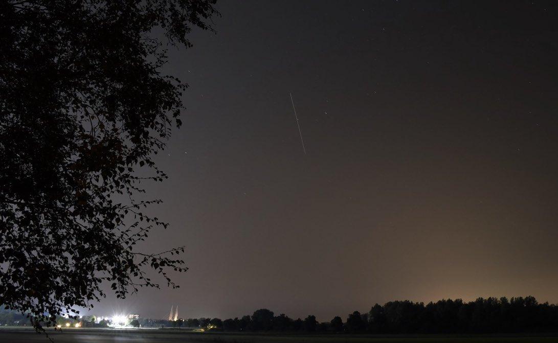 Het ISS boven #stadshagen — ISS trail #zwolle #astro #deepsky #mastenbroekerbrug #astrophotography #space https://t.co/fRyl2PnfJ6
