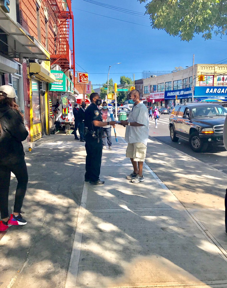 Your #NCO's teamed up with the Highway Safety Unit handing out flyers to promote bicycle 🚲 and pedestrian 🚶🏻‍♂️🚶🏻‍♀️ safety on Church Ave & Utica Ave in East Flatbush. #VisionZero #COT @NYPDTransport #Brooklyn https://t.co/sK6a4jyd4q