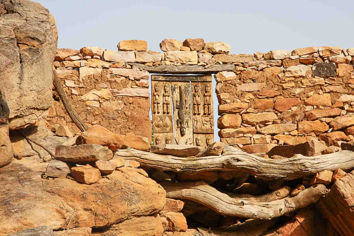 The carved doors of the Dogon People of Mali portray ancestral figures to protect villagers.  #MeetAfrica #SpreadPositiveNarrativeAboutAfrica #seeafrica  #mali #dogon https://t.co/1ZYZclQ6qx