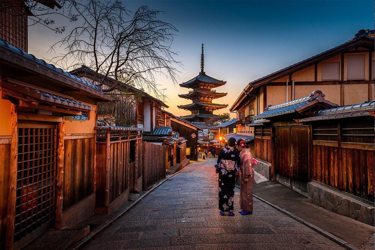 أسست اليابان بذلك لانفتاح وتفاعل حقيقي مع العالم، لكن فقط في الاتجاه الذي تستفيد منه، انفتاح تام على العلوم وثمراته، لكن مع تمسك تام بالتقاليد والعادات واعتزاز وزهو بالثقافة واللغة والملبس، وإحياء للقيم المتوارثة، قيم أسست ولا تزال لذلك الاحترام البادي عليه الشعب الياباني. https://t.co/bMt9k78SYm