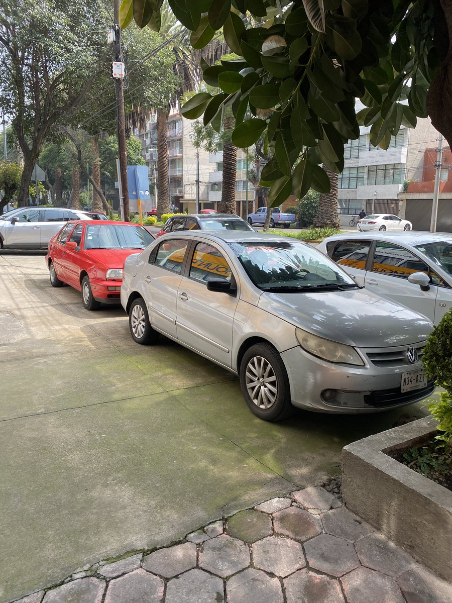 @UCS_GCDMX ¿se pueden estacionar así los automóviles? Calle Doctor Vértiz #1221 en la @BJAlcaldia ...