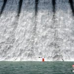 Image for the Tweet beginning: 連日來,香港連續遭遇暴雨天氣,大小水塘水位猛漲,部分水塘開始泄洪。9月22日,位於香港島南區的大潭篤水塘泄洪,水勢頗大,吸引眾多市民前來觀賞。