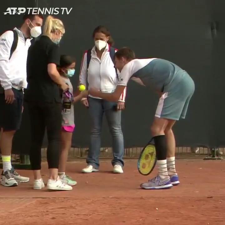 Alexander Bublik quickly turns this young girl's frown upside down 🎾❤️  📹: @TennisTV | #HamburgOpen  https://t.co/XgG7ZunKQg