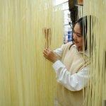 "Image for the Tweet beginning: 古藺,地處四川最邊緣的一個小縣城,當地最出名的一道早點美食就是手工掛麵。9月下旬,記者實地探訪了古藺手工掛麵一條街的牌坊口街,現場體驗""舌尖上的美味""製作過程。#文化中國"