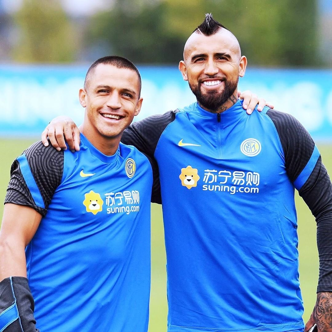 Arturo Vidal signed with Inter and has already started training with fellow Chilean, Alexis Sanchez! ⚫️🔵 Thoughts? Image Via @inter #inter  #VidalDay #alexissanchez #Nerazzurri #interisti #Chile #copaamerica #Conte #SerieA #serieatim #calcio  #Italy #tifosi  #tifoso #campionato https://t.co/4J675SqcJx