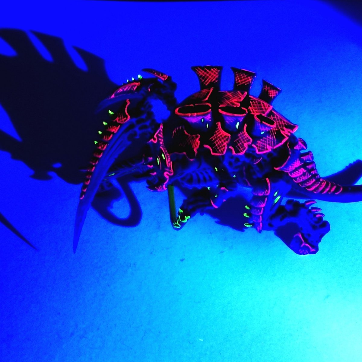A picture of the darling bug in the dark (well, technically under a uv light, but still...) 😀  For a tutorial: https://t.co/oXRv2I41s9  #warhammer40000 #new40k #tyranids #warhammer #warhammer40k #paintingwarhammer #paintingminiatures  #womeninwarhammer #Warmongers https://t.co/zojsVeblNe