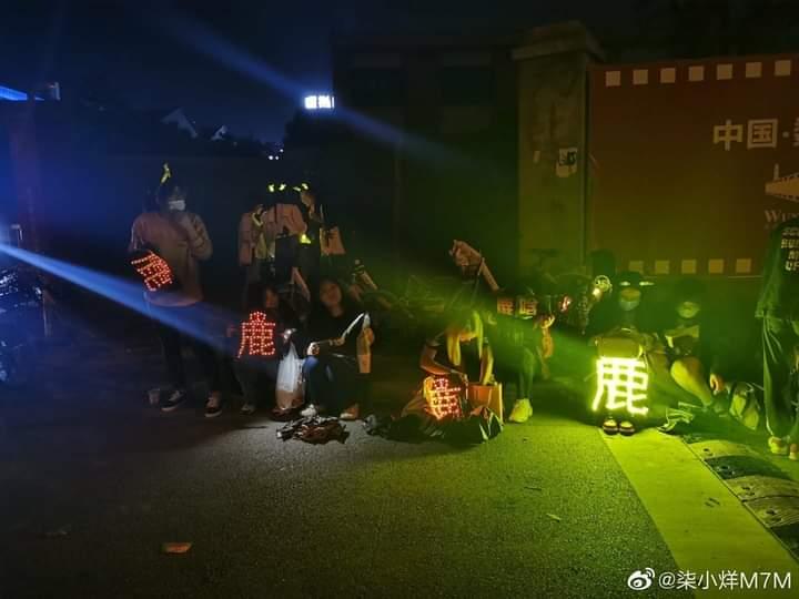 [PHOTO] LUFAN a las afueras del lugar de grabación de The Rap of China apoyando a #LuHan  (*) son lo mejor 💛💛💛💛💛💛💛 Via. Kawaii鹿Han LUHAN COLOMBIA BaoziHan https://t.co/NHpH8YQwvq