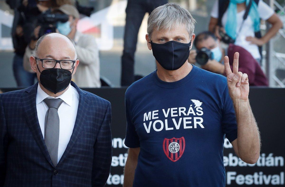 ALLÁ Y ACÁ: siempre presente. Así llegó Viggo Mortensen al Festival de cine de San Sebastián. https://t.co/rvhvR5aTsb