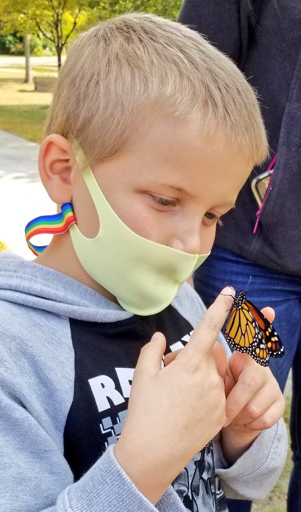 And...here is our first female! Loved letting her meet everyone this afternoon before setting her free in the #cpsmith Happy Garden!  Thanks to #Pebblego for helping us read/listen to learn more about #Monarchs @CapstoneMatt #bsdvt #citizenscience #btv @journeynorthorg https://t.co/1a8rvXCaup