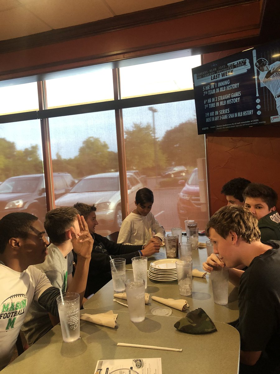 Mason CA's Victory dinner was in full force @LaRosasPizza We are so THANKFUL for all that they do for the football program! They make US go! LGL!!! @MHSsportsradio @MasonSchools @MasonCometsFB https://t.co/gVXTmvoLcq