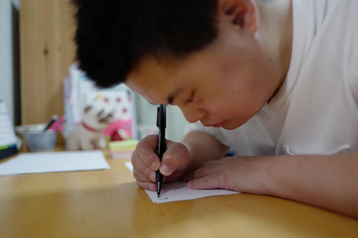 ダウン症で字が書けなかった弟が、はじめて本を出版するわたしのために、練習して数字を書いてくれ、それが粋すぎる装丁で本のページ番号になり、クレジットに弟の名前が載って、一家がそろって爆泣きしてんの。死んだ父ちゃんもたぶん泣いてんの。